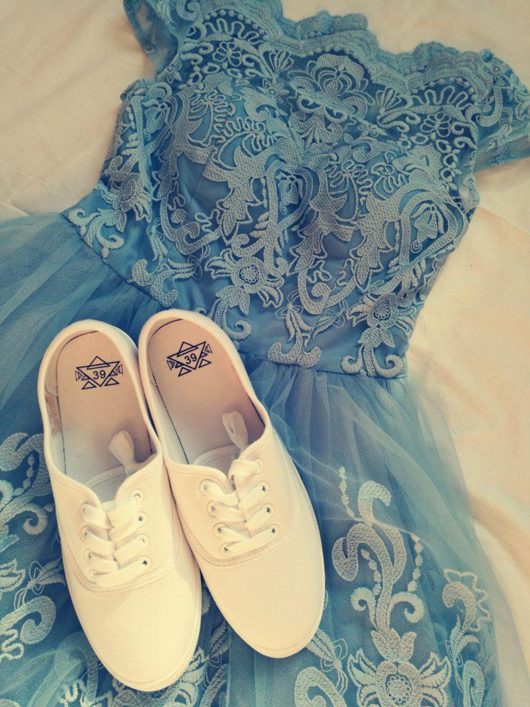 Sukienka Chi Chi London i białe trampki